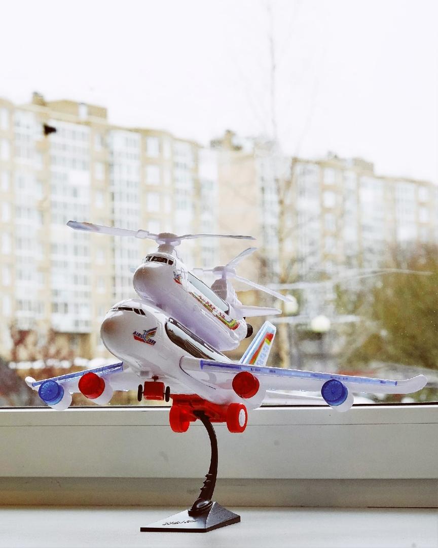О Мише – любителе самолетов, мечтающем о путешествиях, заядлом ценителе русских детективных телесериалов.